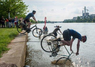 Radfahrer gehen unter 2