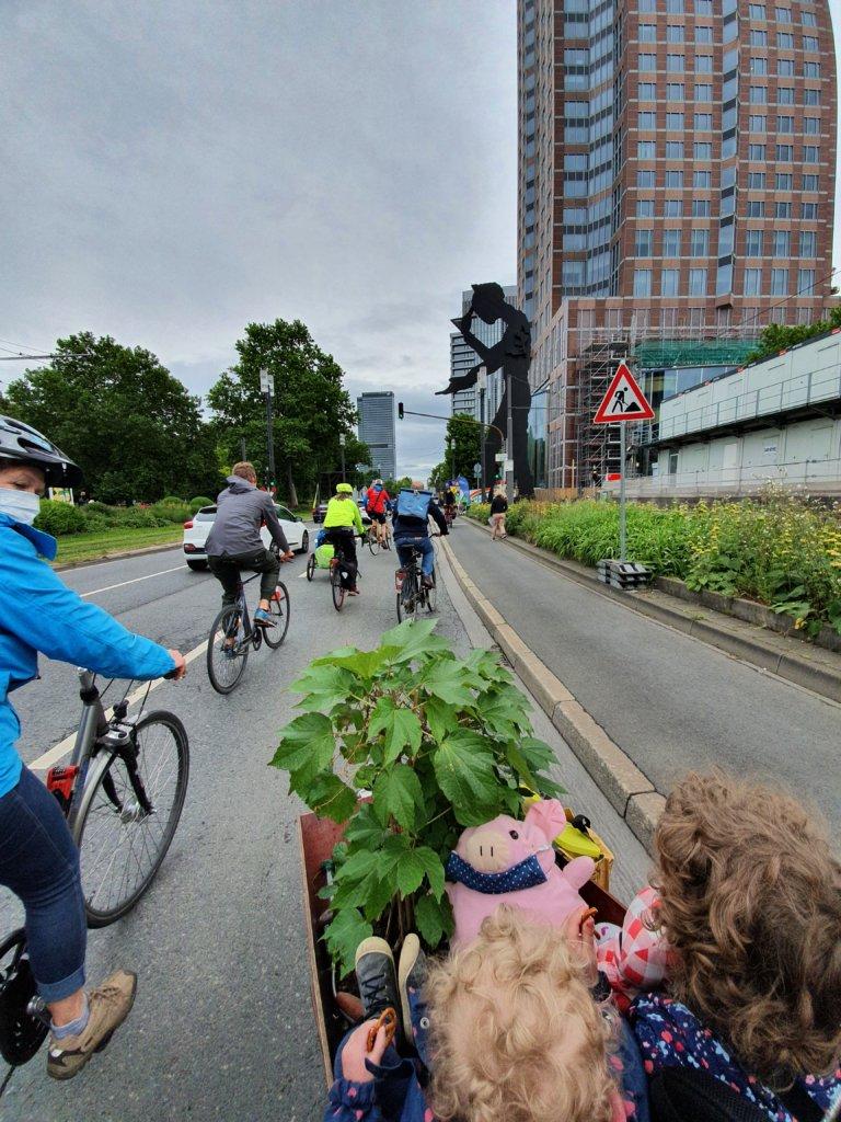 Menschen benutzen die Pop-Up-Bikelane auf der Friedrich-Ebert-Anlage am 23. Mai 2020