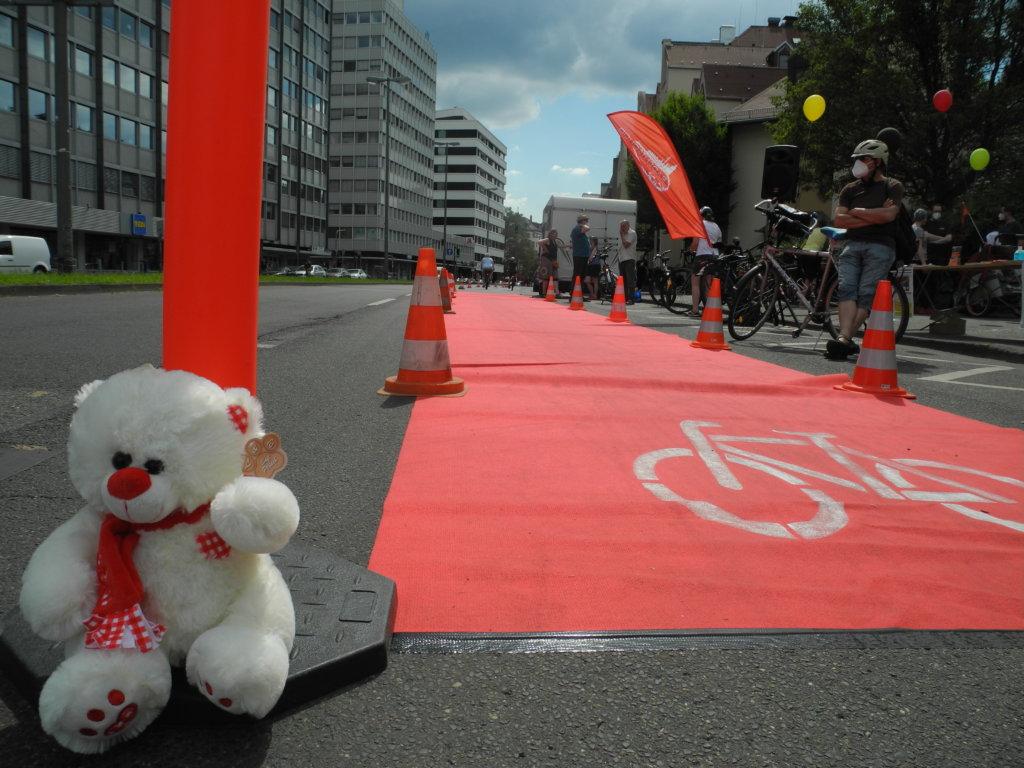 Der rote Teppich ausgerollt und mit Pylonen abgesichert: so entsteht ganz fix ein Fahrradweg.