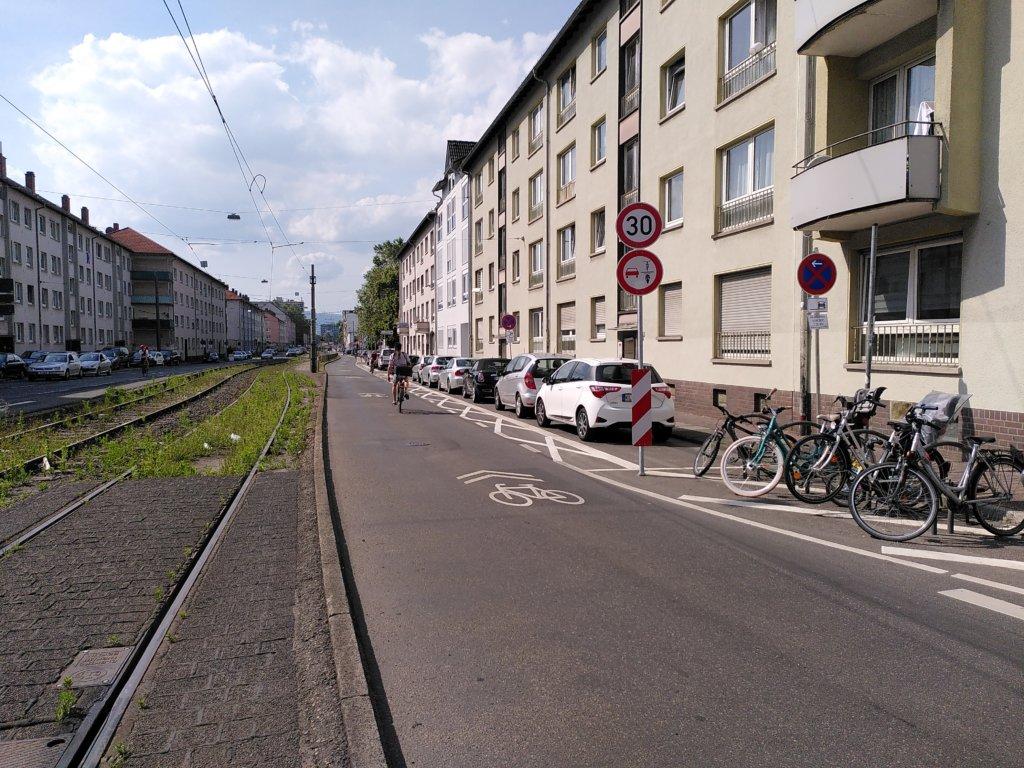So sieht die Schloßstraße aktuell aus: mit Kreuzen, Tempo 30, Überholverbot und Piktogrammen.