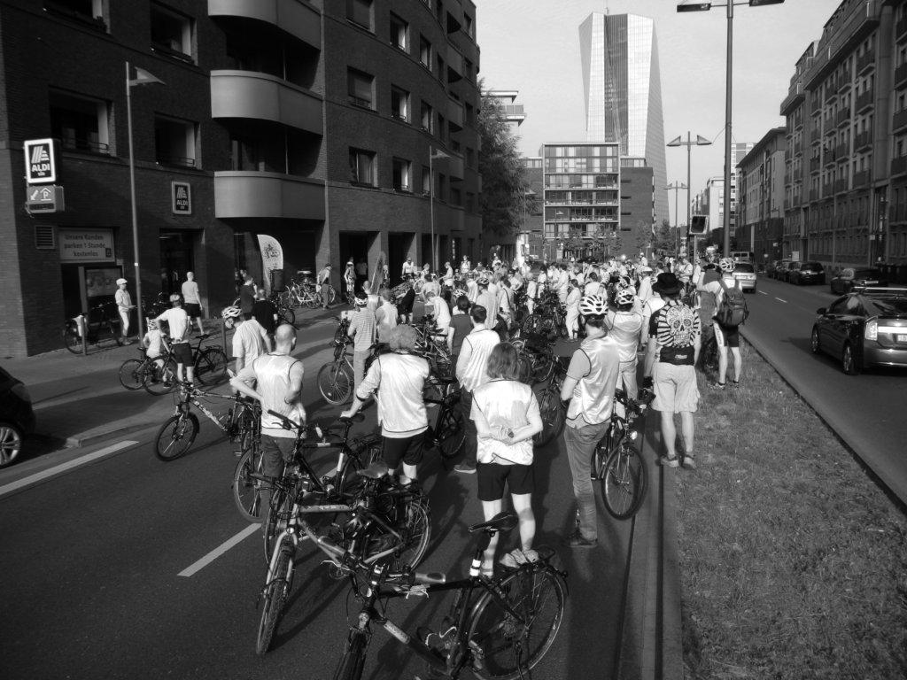 Zahlreiche Radfahrende stehen zur Schweigeminute an der Unfallstelle Oskar-von-Miller-Straße.