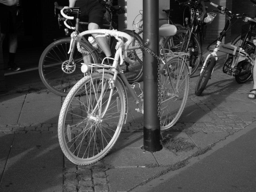 Das neu aufgestellte Ghostbike an der Oskar-von-Miller-Straße